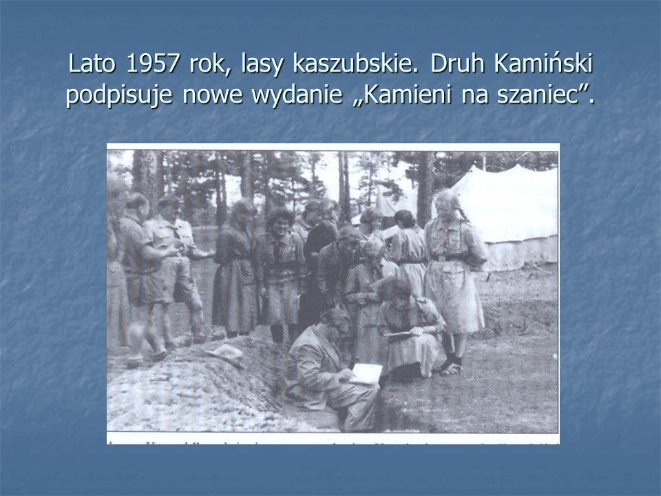 """Lato 1957 rok, lasy kaszubskie. Druh Kamiński podpisuje nowe wydanie """"Kamieni na szaniec""""."""