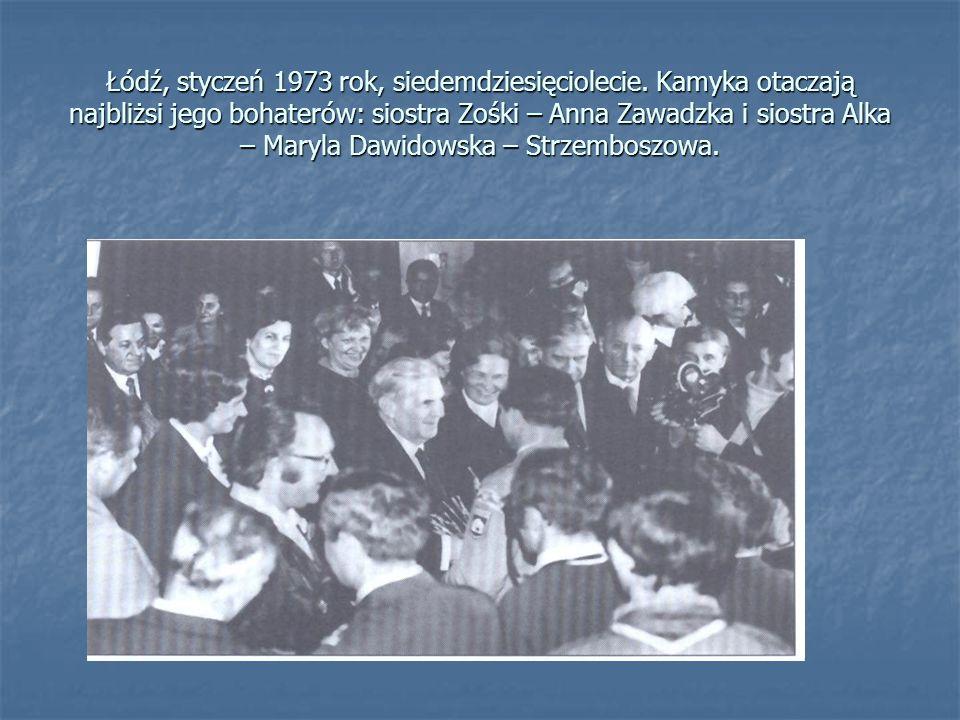Łódź, styczeń 1973 rok, siedemdziesięciolecie. Kamyka otaczają najbliżsi jego bohaterów: siostra Zośki – Anna Zawadzka i siostra Alka – Maryla Dawidow