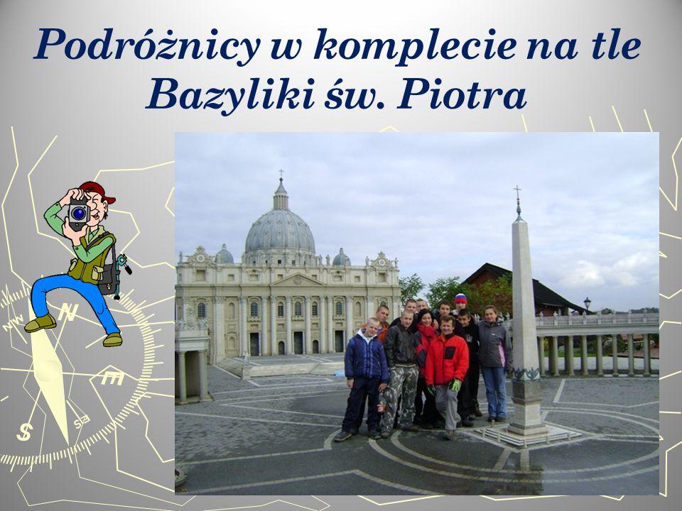 Podróżnicy w komplecie na tle Bazyliki św. Piotra
