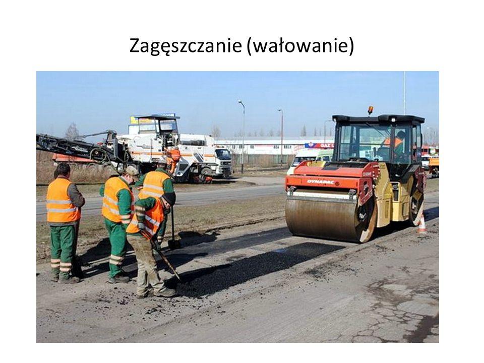 Oczyszczenie usunięcie wszystkich skrawków i drobin kory asfaltowej, które powstały na skutek frezowania lub cięcia i kucia wywiezienie odpadów asfaltowych na składowisko usunięcie wody z oczyszczanego obszaru ubytku przy pomocy szufli, szczotki lub palnika.