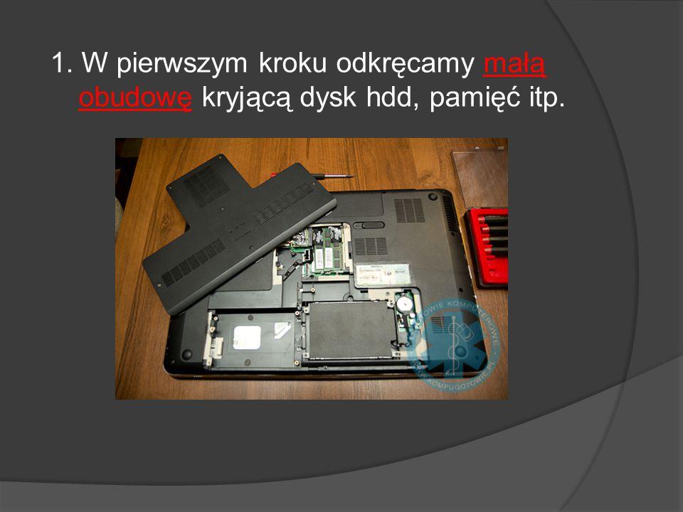 2.Następnie wyjmujemy baterię i odkręcamy dwie śrubki mocujące klawiaturę.