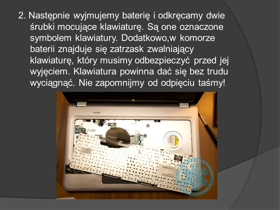 2. Następnie wyjmujemy baterię i odkręcamy dwie śrubki mocujące klawiaturę. Są one oznaczone symbolem klawiatury. Dodatkowo,w komorze baterii znajduje