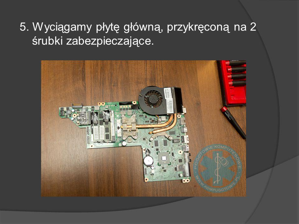 5. Wyciągamy płytę główną, przykręconą na 2 śrubki zabezpieczające.
