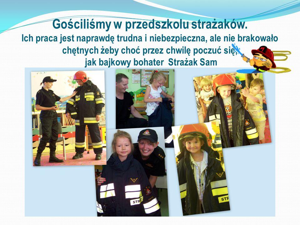 Gościliśmy w przedszkolu strażaków. Ich praca jest naprawdę trudna i niebezpieczna, ale nie brakowało chętnych żeby choć przez chwilę poczuć się, jak