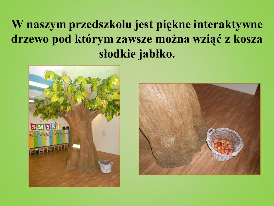 W naszym przedszkolu jest piękne interaktywne drzewo pod którym zawsze można wziąć z kosza słodkie jabłko.