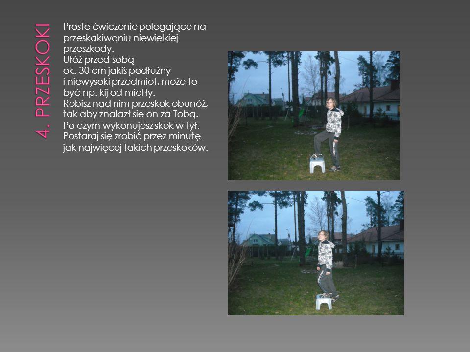 Proste ćwiczenie polegające na przeskakiwaniu niewielkiej przeszkody. Ułóż przed sobą ok. 30 cm jakiś podłużny i niewysoki przedmiot, może to być np.