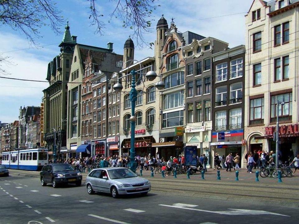 Typowe dla Amsterdamu wysokie i wąskie kamieniczki Clogs - holenderskie drewniaki