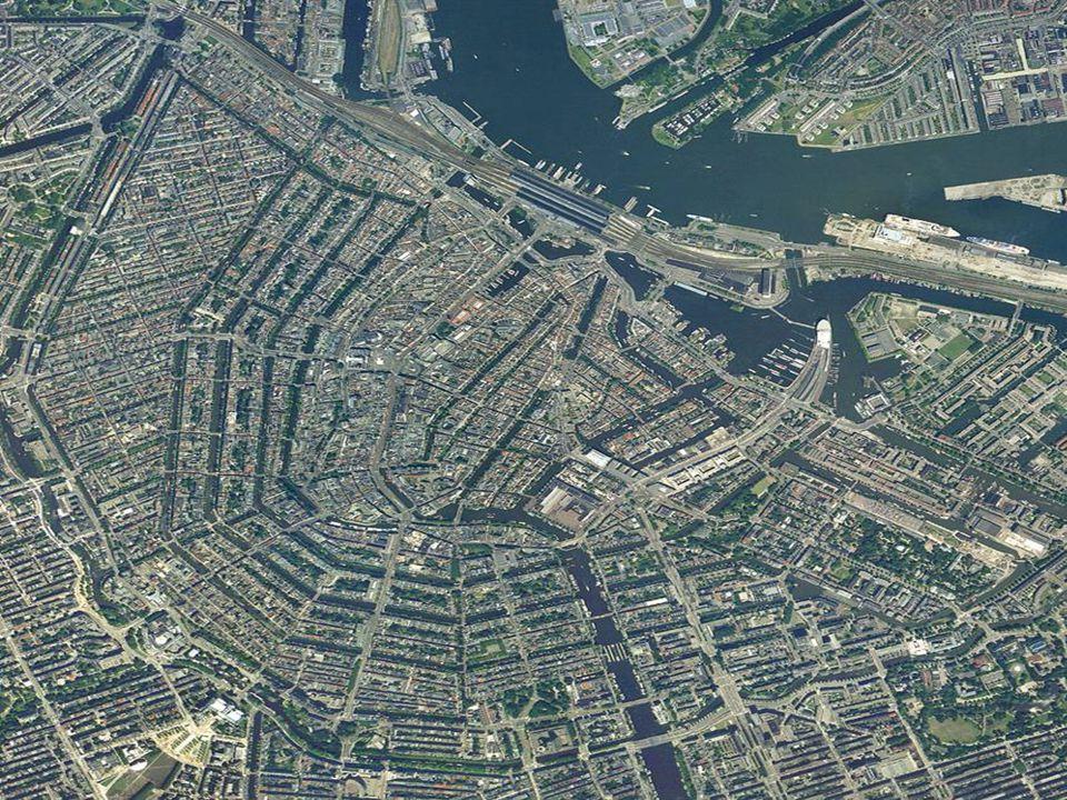 Amsterdam położony jest nad rzeką Amstel i licznymi kanałami (160) – trzy największe w kształcie półksiężyców usytuowane niemalże równolegle do siebie