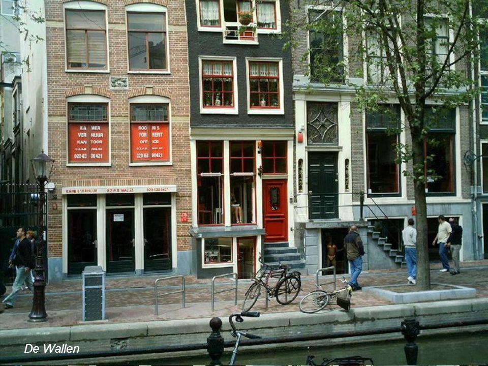 """Sex worker statue De Wallen największa i najbardziej znana dzielnica """"czerwonych latarni"""" Amsterdamu, położona na wschodnich średniowiecznych granicac"""