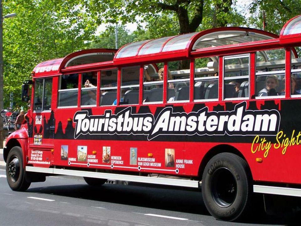 Herb Amsterdamu to trzy krzyże św. Andrzeja jeden pod drugim, takie same krzyże znajdują się na fladze miasta, tyle że tam ustawione są one poziomo. Z