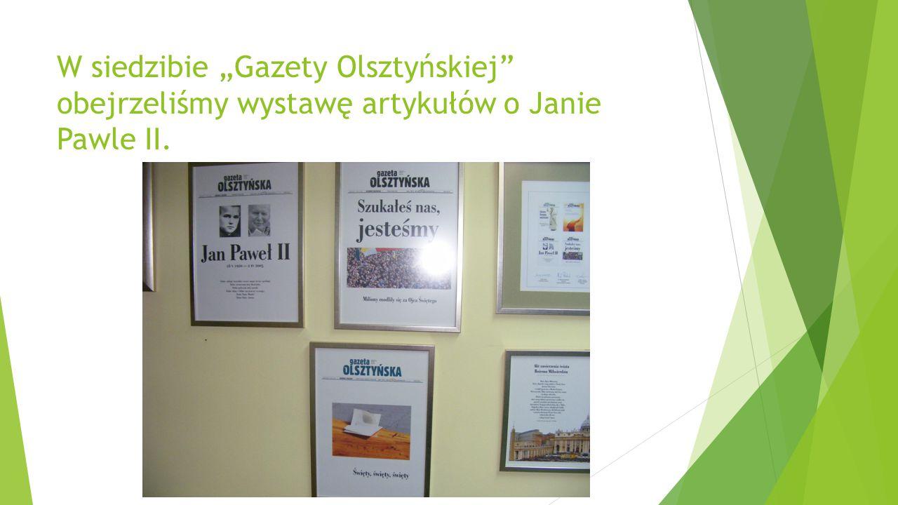 """W siedzibie """"Gazety Olsztyńskiej"""" obejrzeliśmy wystawę artykułów o Janie Pawle II."""