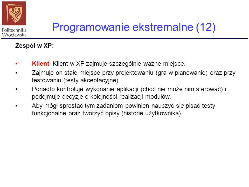 Programowanie ekstremalne (12) Zespół w XP: Klient. Klient w XP zajmuje szczególnie ważne miejsce. Zajmuje on stałe miejsce przy projektowaniu (gra w