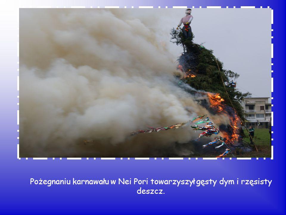 Pożegnaniu karnawału w Nei Pori towarzyszył gęsty dym i rzęsisty deszcz.