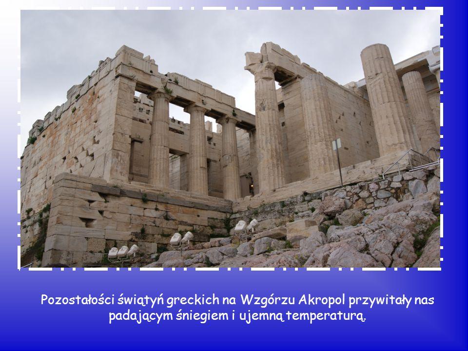 Pozostałości świątyń greckich na Wzgórzu Akropol przywitały nas padającym śniegiem i ujemną temperaturą.
