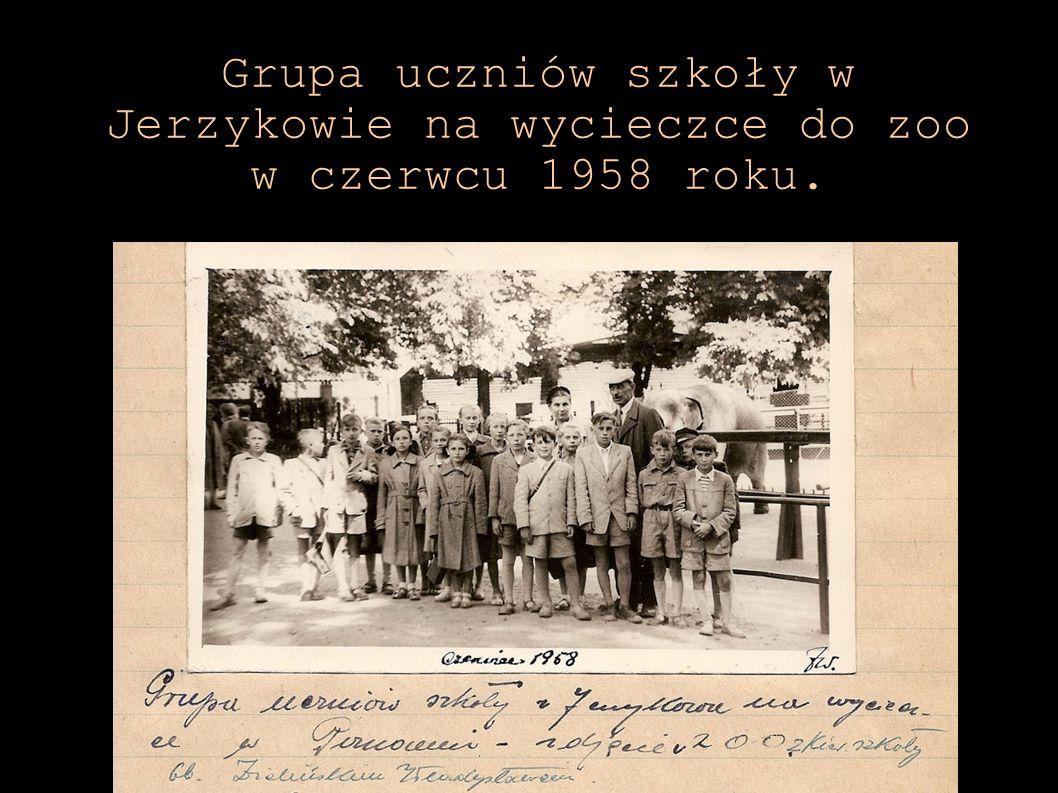 Grupa uczniów szkoły w Jerzykowie na wycieczce do zoo w czerwcu 1958 roku.