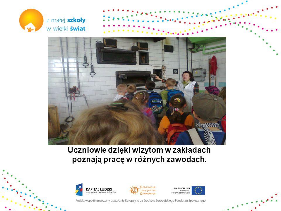 Uczniowie dzięki wizytom w zakładach poznają pracę w różnych zawodach.