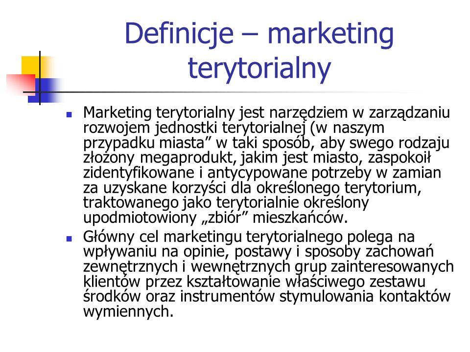 """Definicje – marketing terytorialny Marketing terytorialny jest narzędziem w zarządzaniu rozwojem jednostki terytorialnej (w naszym przypadku miasta w taki sposób, aby swego rodzaju złożony megaprodukt, jakim jest miasto, zaspokoił zidentyfikowane i antycypowane potrzeby w zamian za uzyskane korzyści dla określonego terytorium, traktowanego jako terytorialnie określony upodmiotowiony """"zbiór mieszkańców."""