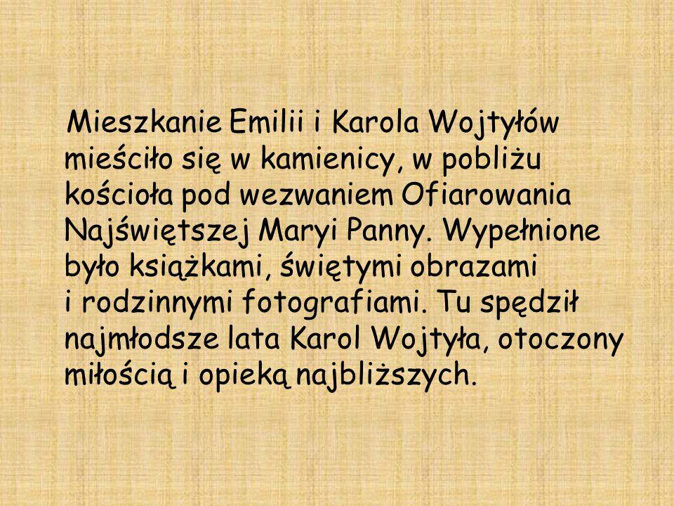 Mieszkanie Emilii i Karola Wojtyłów mieściło się w kamienicy, w pobliżu kościoła pod wezwaniem Ofiarowania Najświętszej Maryi Panny. Wypełnione było k