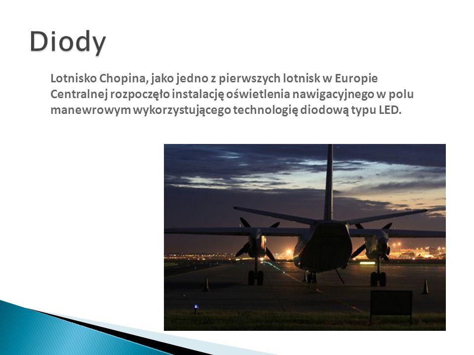 Lotnisko Chopina, jako jedno z pierwszych lotnisk w Europie Centralnej rozpoczęło instalację oświetlenia nawigacyjnego w polu manewrowym wykorzystując
