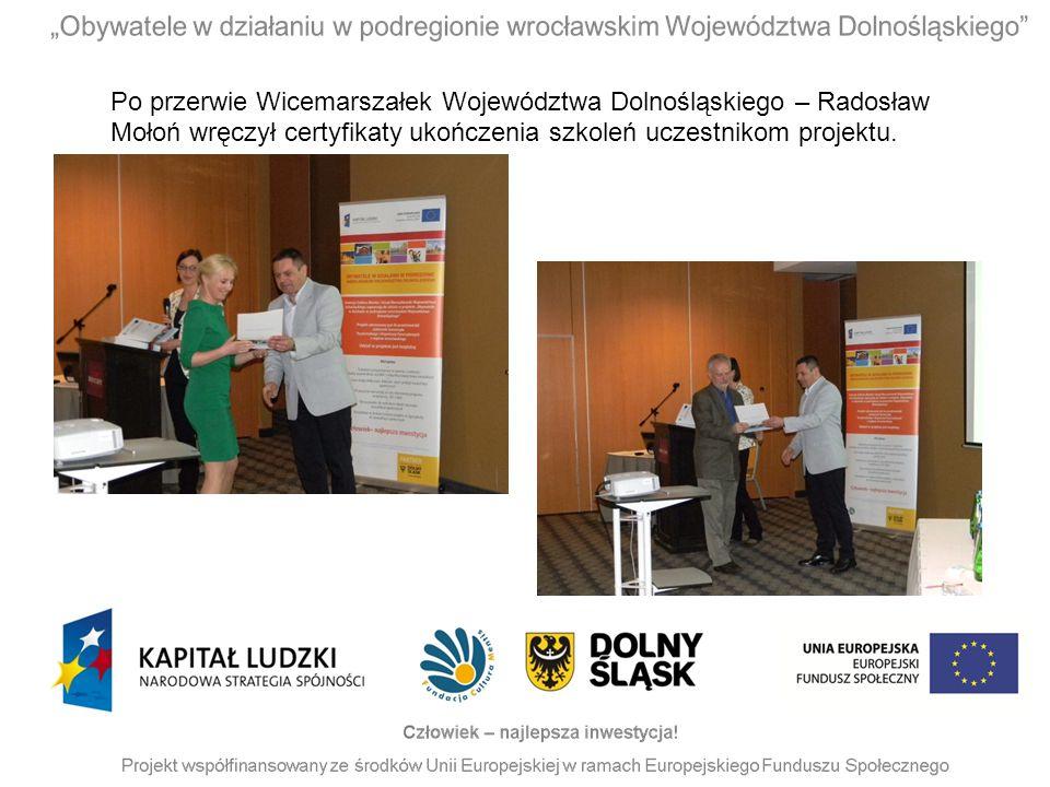 Po przerwie Wicemarszałek Województwa Dolnośląskiego – Radosław Mołoń wręczył certyfikaty ukończenia szkoleń uczestnikom projektu.