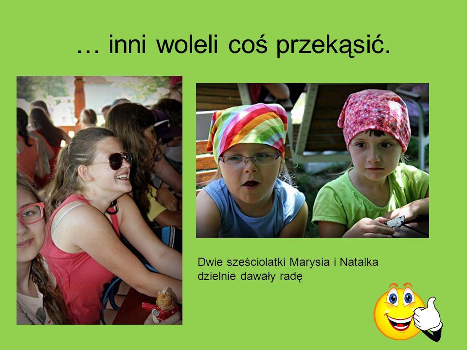 … inni woleli coś przekąsić. Dwie sześciolatki Marysia i Natalka dzielnie dawały radę