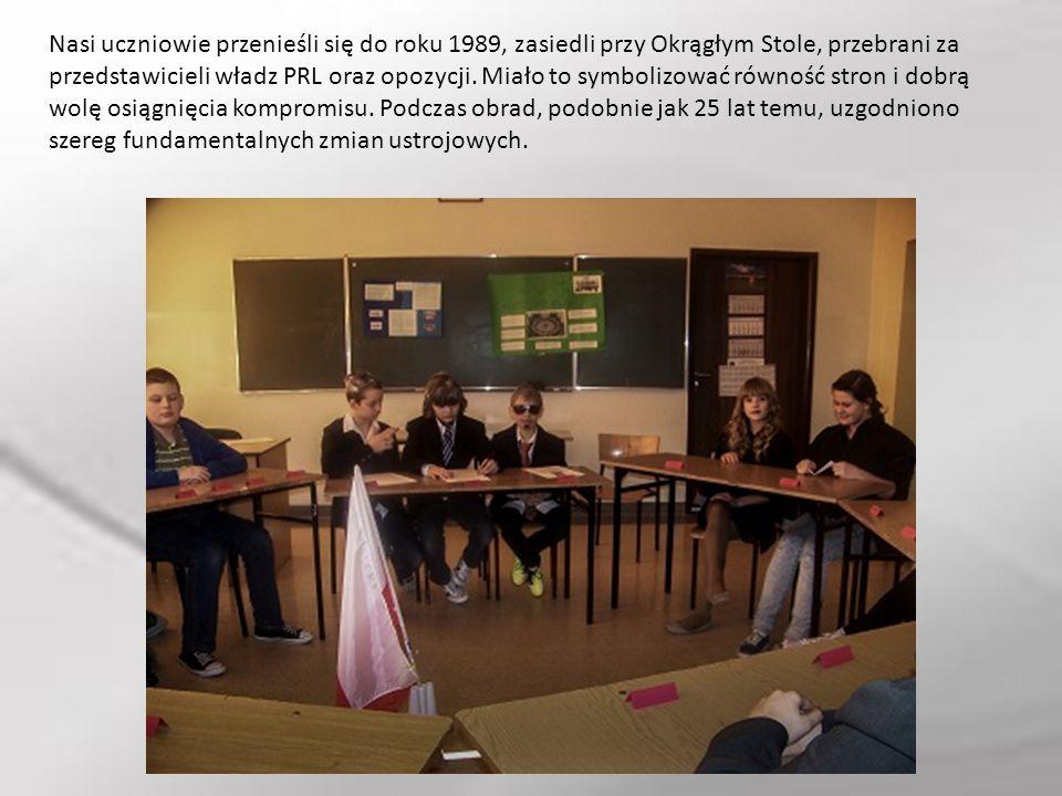 Nasi uczniowie przenieśli się do roku 1989, zasiedli przy Okrągłym Stole, przebrani za przedstawicieli władz PRL oraz opozycji. Miało to symbolizować