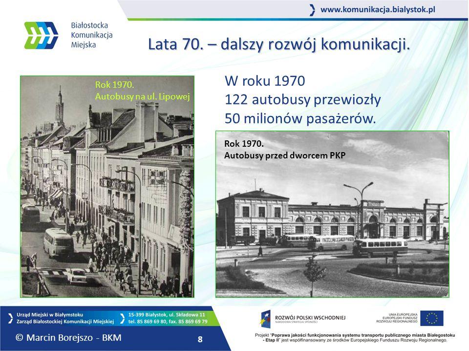 8 Lata 70. – dalszy rozwój komunikacji. W roku 1970 122 autobusy przewiozły 50 milionów pasażerów. Rok 1970. Autobusy na ul. Lipowej Rok 1970. Autobus