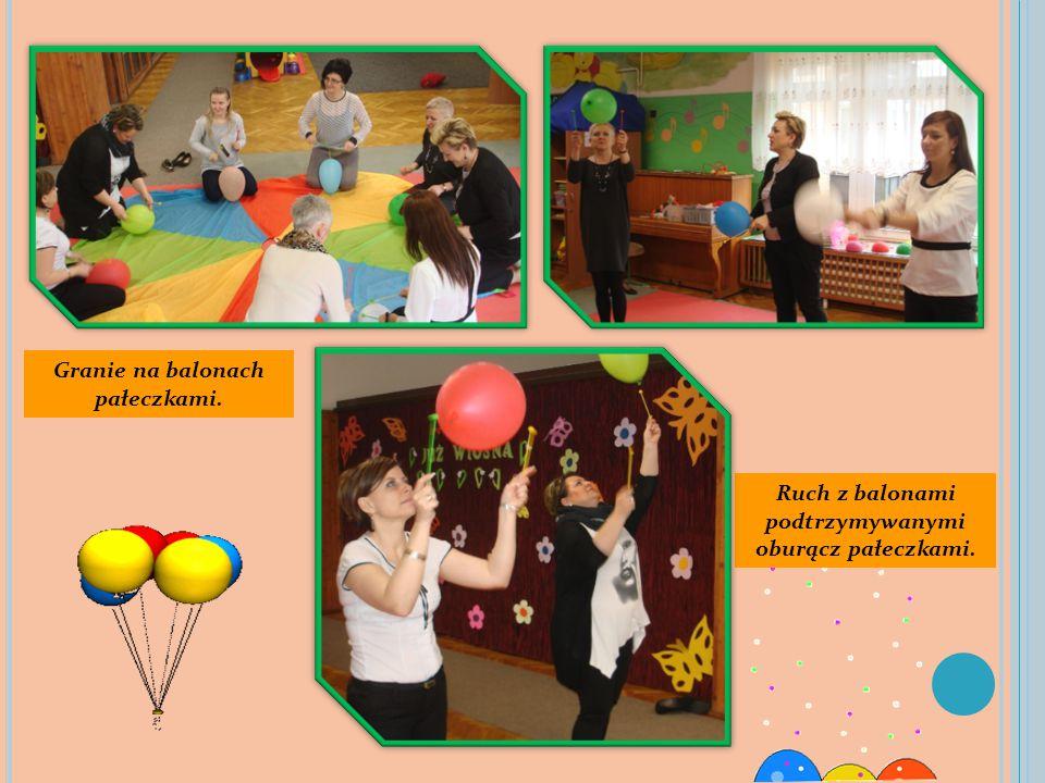 Ruch z balonami podtrzymywanymi oburącz pałeczkami. Granie na balonach pałeczkami.