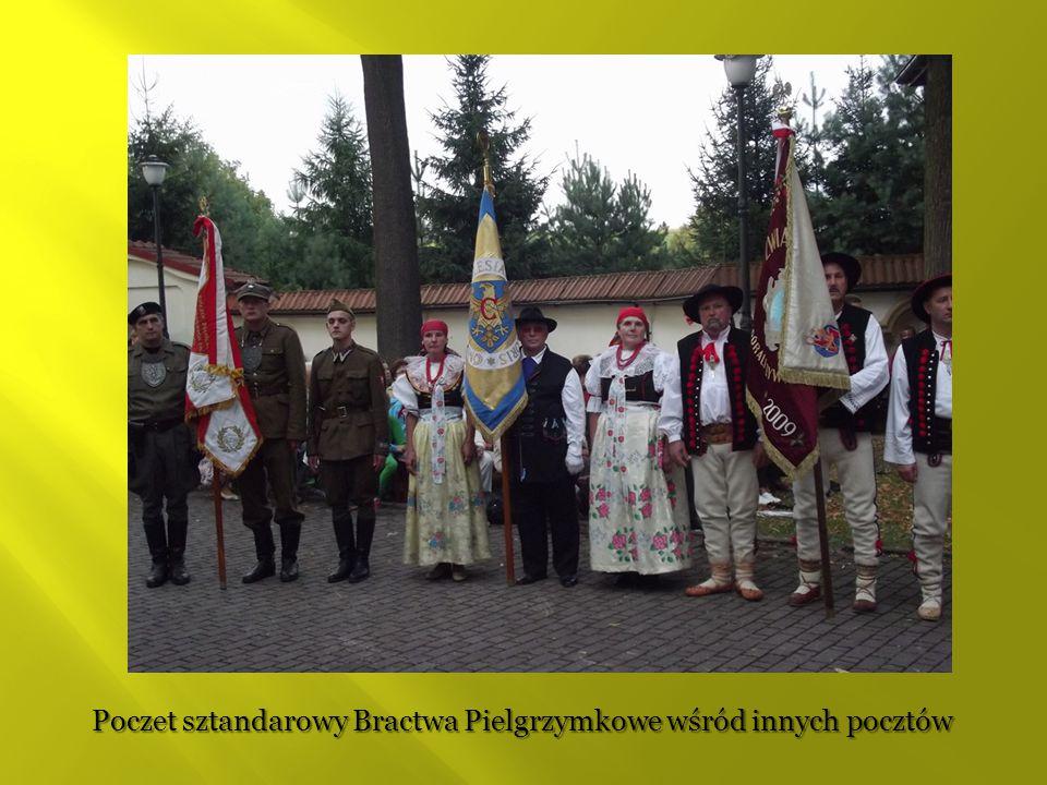 Poczet sztandarowy Bractwa Pielgrzymkowe wśród innych pocztów