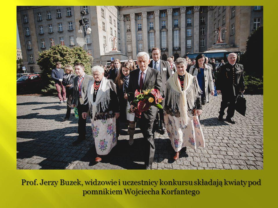 Prof. Jerzy Buzek, widzowie i uczestnicy konkursu składają kwiaty pod pomnikiem Wojciecha Korfantego