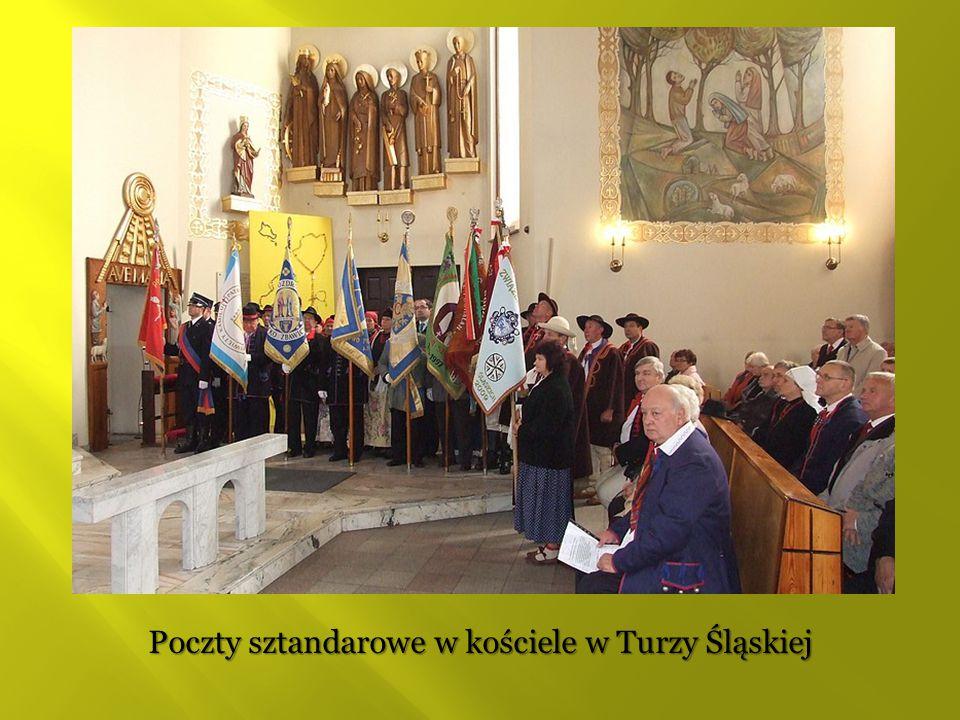Poczty sztandarowe w kościele w Turzy Śląskiej