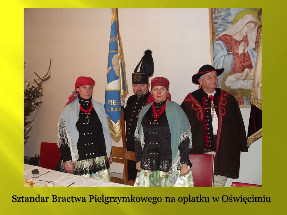 Andrzej Stania, Helena Leśniowska i Stanisław Korfanty składają kwiaty pod pomnikiem Jana Pawła II
