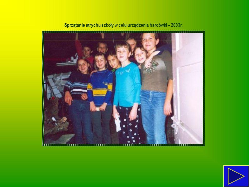 Sprzątanie strychu szkoły w celu urządzenia harcówki – 2003r.