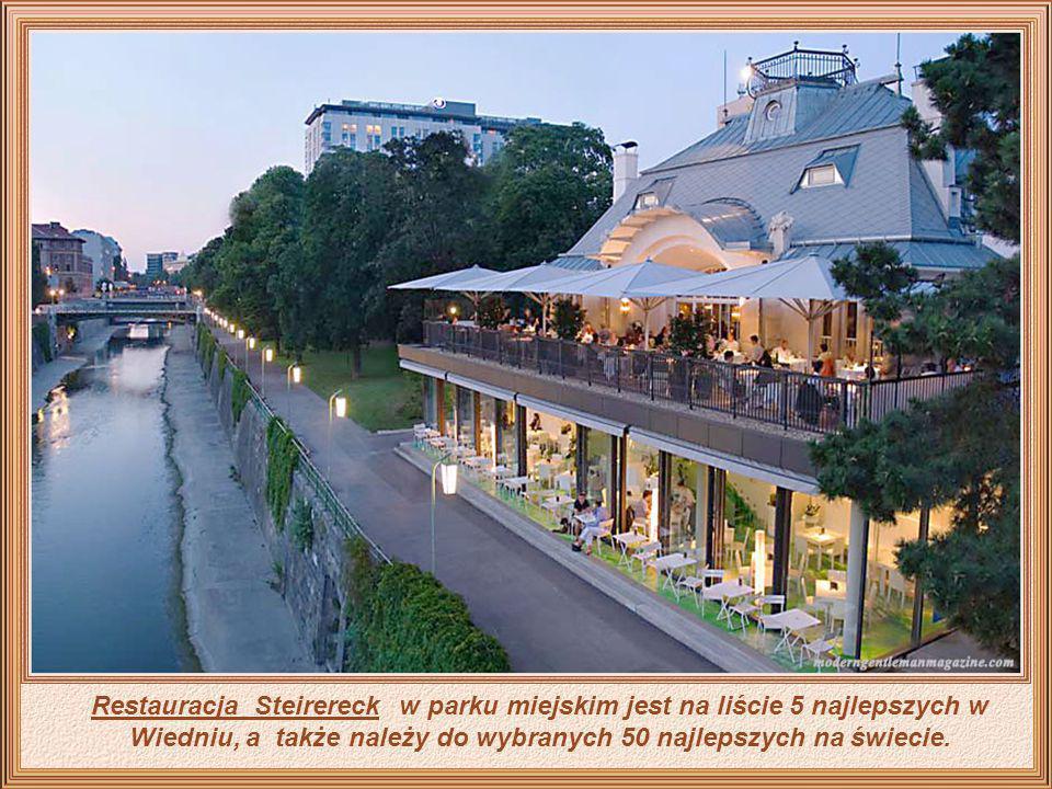 Także w centralnej części miasta leży Hotel Sacher, słynny z uwagi na luksus, elegancję i wysoki standard usług, a jego bardzo znany Sachertorte stano