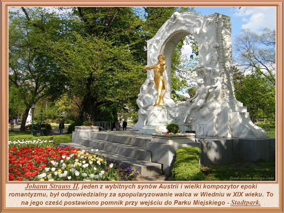 W ogrodach pałacu Schönbrunn odbywają się spektakle z muzyką Johanna Straussa II, graną przez znane na całym świecie orkiestry.
