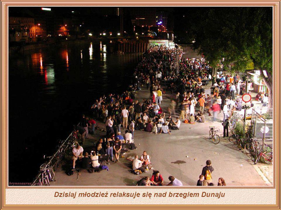 Nie tylko Wiedeń ale sam Dunaj został zmodernizowany, teraz otoczony przez oświetlone miasto, z oświetlonymi prywatnymi łodziami wycieczkowymi, a nawe