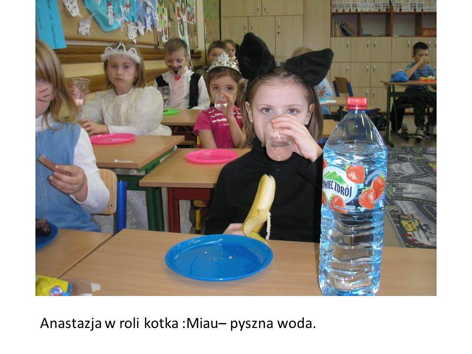 Anastazja w roli kotka :Miau– pyszna woda.