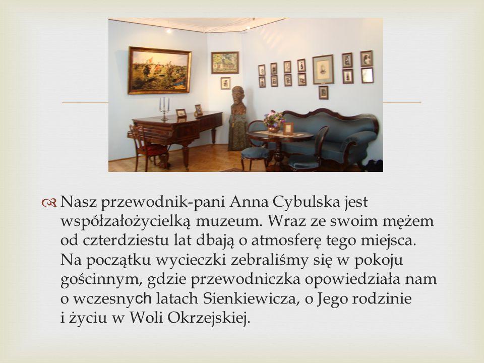  Nasz przewodnik-pani Anna Cybulska jest współzałożycielką muzeum. Wraz ze swoim mężem od czterdziestu lat dbają o atmosferę tego miejsca. Na począ