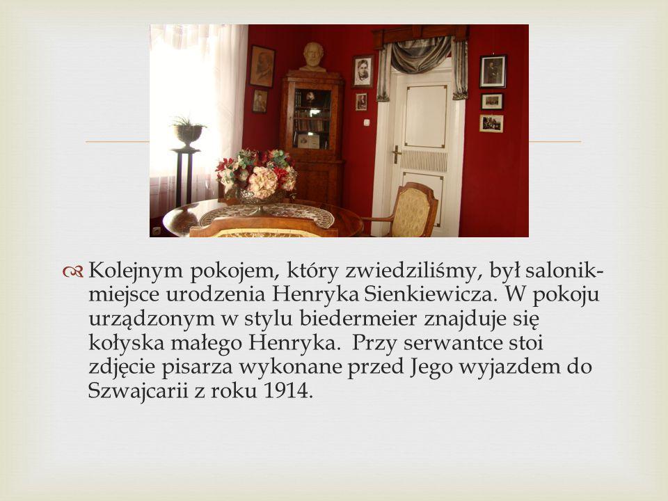   Kolejnym pokojem, który zwiedziliśmy, był salonik- miejsce urodzenia Henryka Sienkiewicza. W pokoju urządzonym w stylu biedermeier znajduje się ko