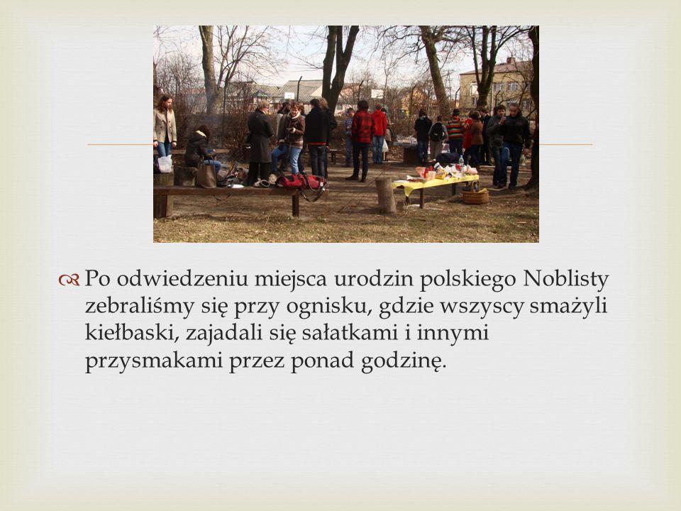   Po odwiedzeniu miejsca urodzin polskiego Noblisty zebraliśmy się przy ognisku, gdzie wszyscy smażyli kiełbaski, zajadali się sałatkami i innymi pr
