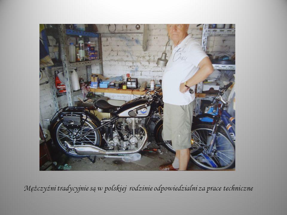 Mężczyźni tradycyjnie są w polskiej rodzinie odpowiedzialni za prace techniczne