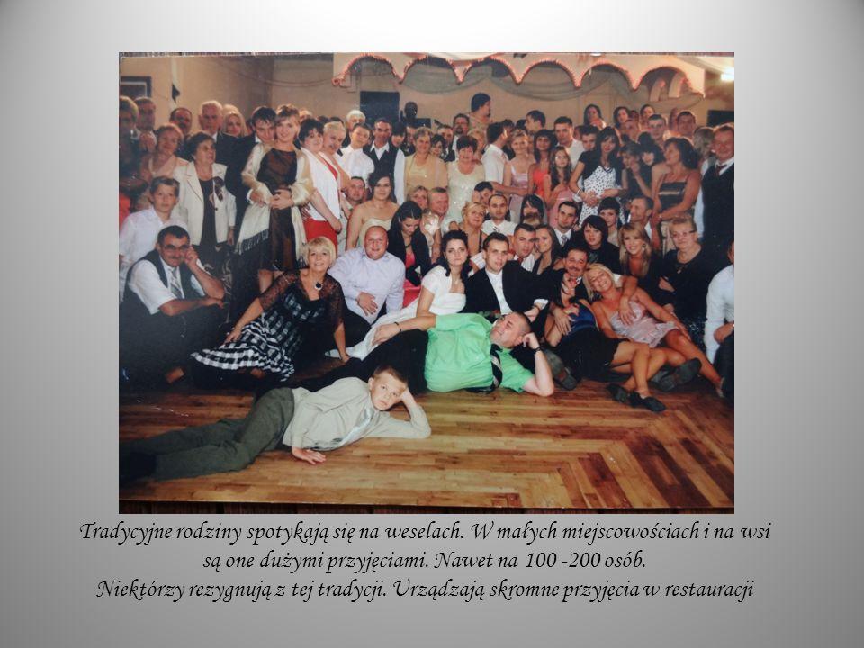Tradycyjne rodziny spotykają się na weselach. W małych miejscowościach i na wsi są one dużymi przyjęciami. Nawet na 100 -200 osób. Niektórzy rezygnują