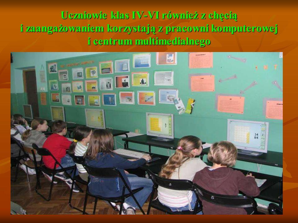 Uczniowie klas IV-VI również z chęcią i zaangażowaniem korzystają z pracowni komputerowej i centrum multimedialnego
