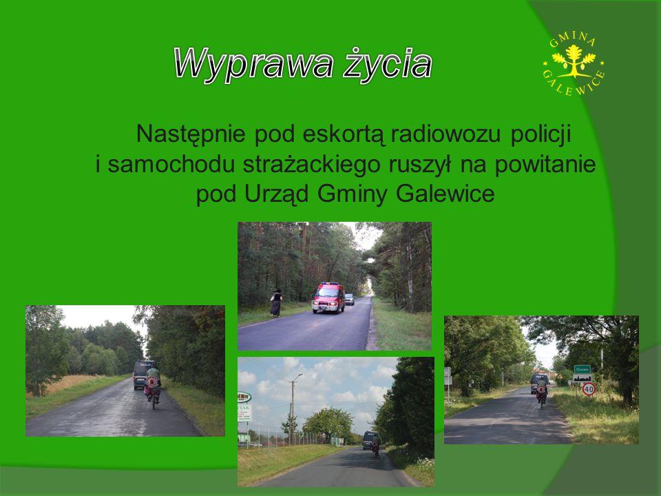 Następnie pod eskortą radiowozu policji i samochodu strażackiego ruszył na powitanie pod Urząd Gminy Galewice