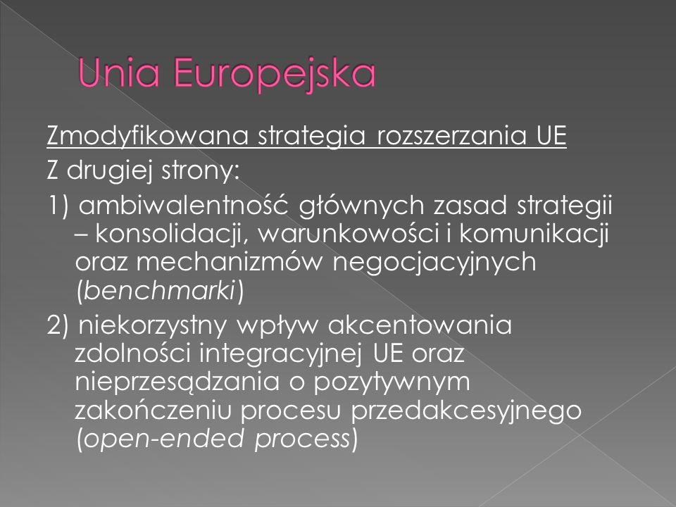 Zmodyfikowana strategia rozszerzania UE Z drugiej strony: 1) ambiwalentność głównych zasad strategii – konsolidacji, warunkowości i komunikacji oraz mechanizmów negocjacyjnych (benchmarki) 2) niekorzystny wpływ akcentowania zdolności integracyjnej UE oraz nieprzesądzania o pozytywnym zakończeniu procesu przedakcesyjnego (open-ended process)