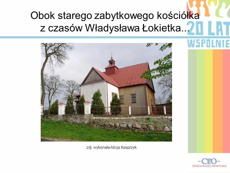 Obok starego zabytkowego kościółka z czasów Władysława Łokietka... zdj. wykonała Alicja Kasprzyk