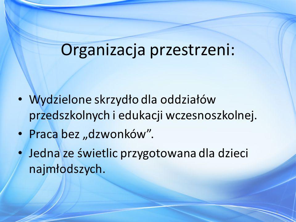 """Organizacja przestrzeni: Wydzielone skrzydło dla oddziałów przedszkolnych i edukacji wczesnoszkolnej. Praca bez """"dzwonków"""". Jedna ze świetlic przygoto"""