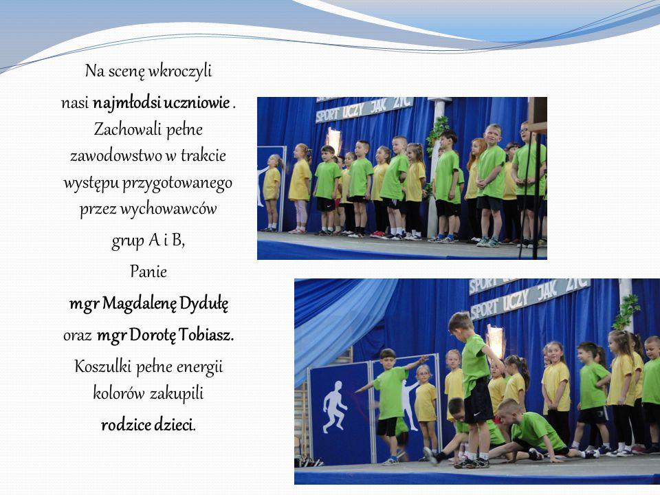 Na scenę wkroczyli nasi najmłodsi uczniowie. Zachowali pełne zawodowstwo w trakcie występu przygotowanego przez wychowawców grup A i B, Panie mgr Magd