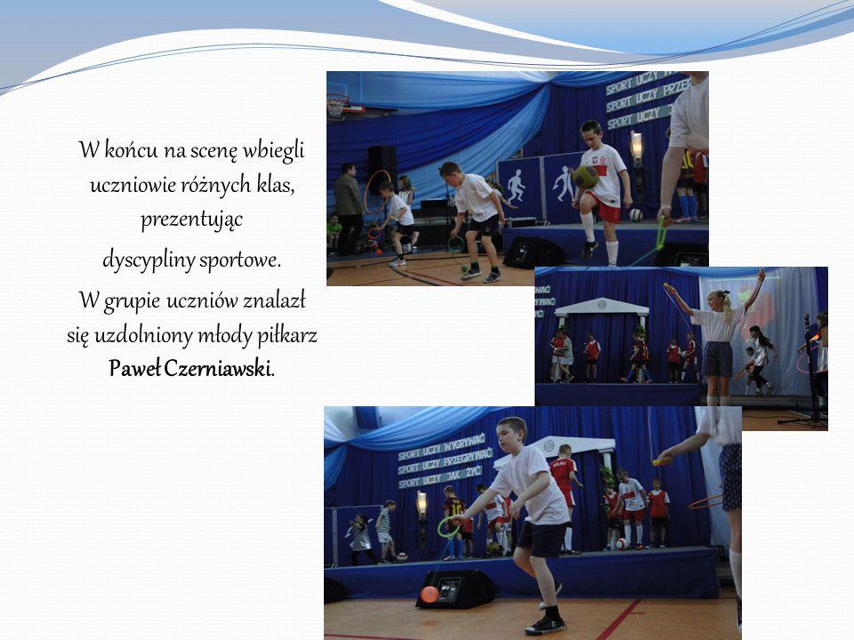 W końcu na scenę wbiegli uczniowie różnych klas, prezentując dyscypliny sportowe. W grupie uczniów znalazł się uzdolniony młody piłkarz Paweł Czerniaw