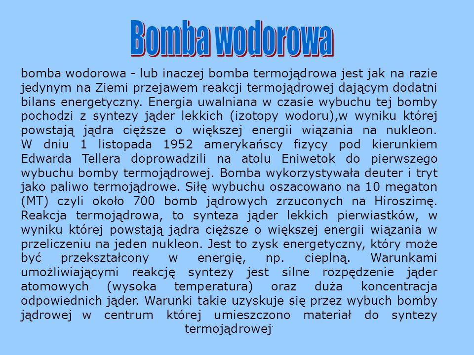 Zasada działania bomby atomowej opiera się na rozszczepianiu uranu. Bombardując jądro uranu neutronami doprowadza się do jego rozszczepienia z emisją